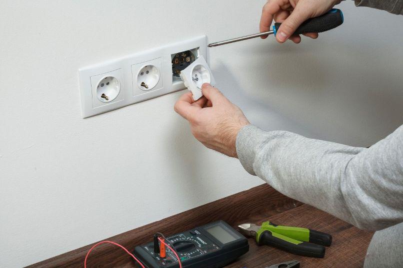 Монтаж розеток и выключателей